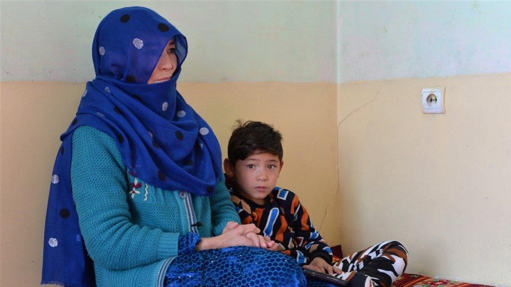Murtaza Ahmadi samen met zijn moeder in zijn kamer in Kabul
