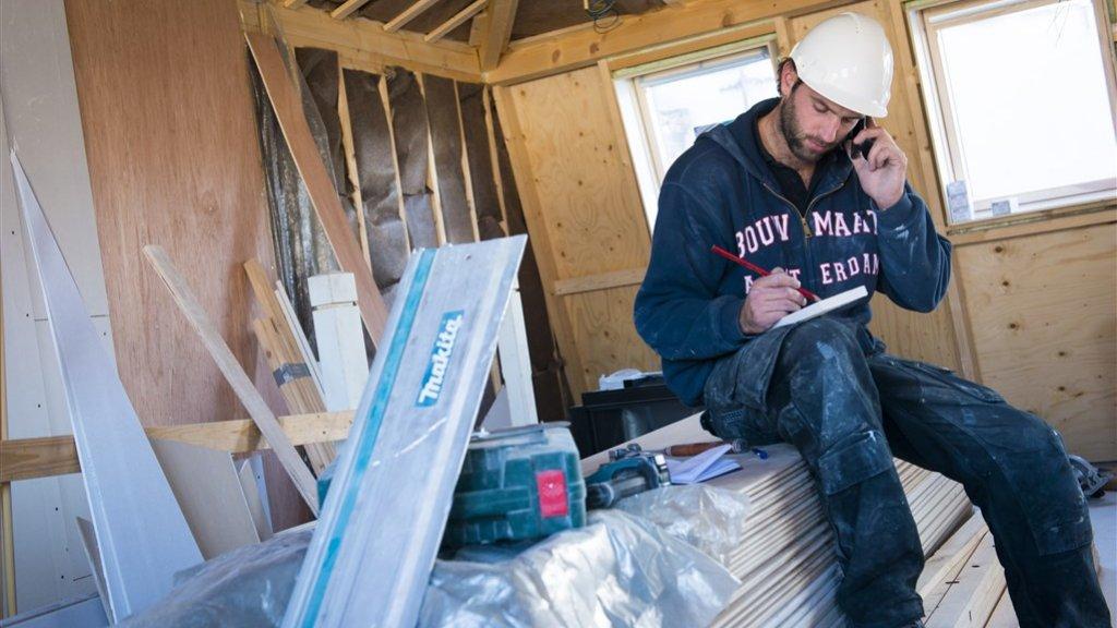 Een bouwvakker aan het werk.