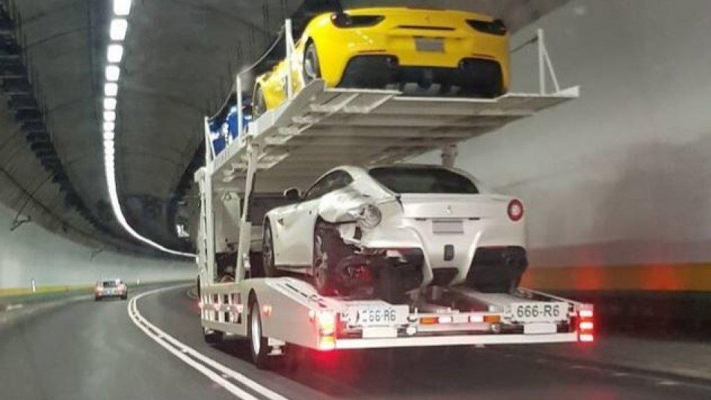 De Ferrari's worden weggereden.