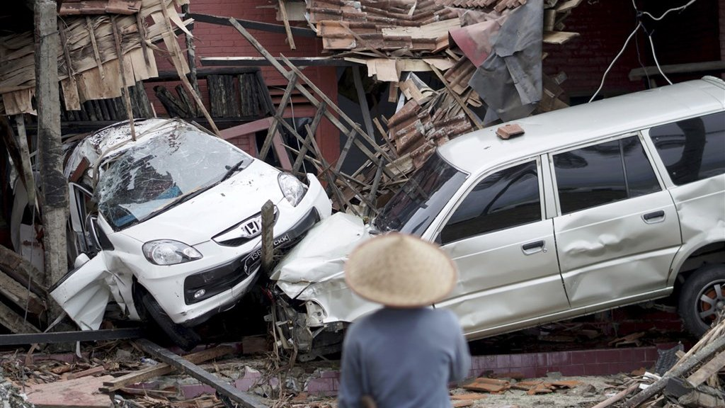 Auto's werden door de kracht van het water tientallen meters meegesleurd