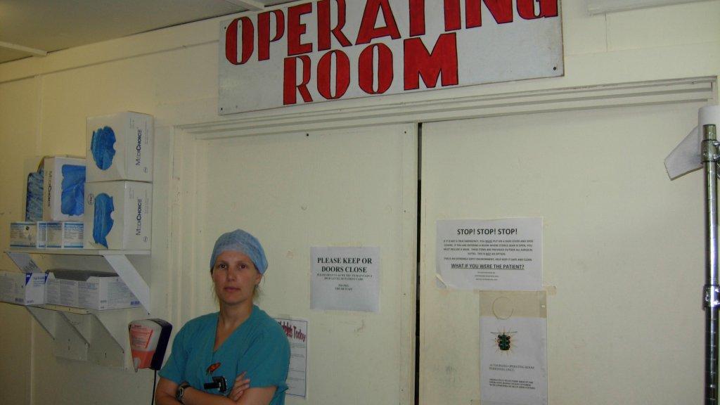 Maaike poseert in de operatiekamer, in het ziekenhuis in Kandahar.