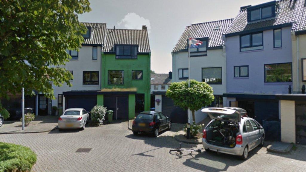 Groen huis moet worden overgeschilderd maar ineke 82 weigert