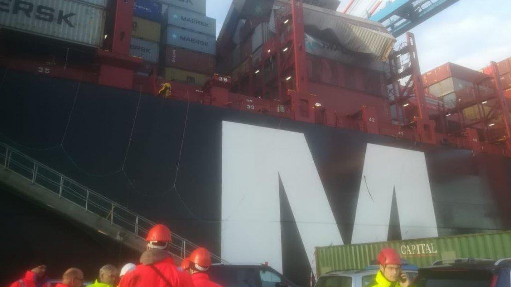 Er wordt druk gewerkt in de haven om de schade in kaart te brengen.