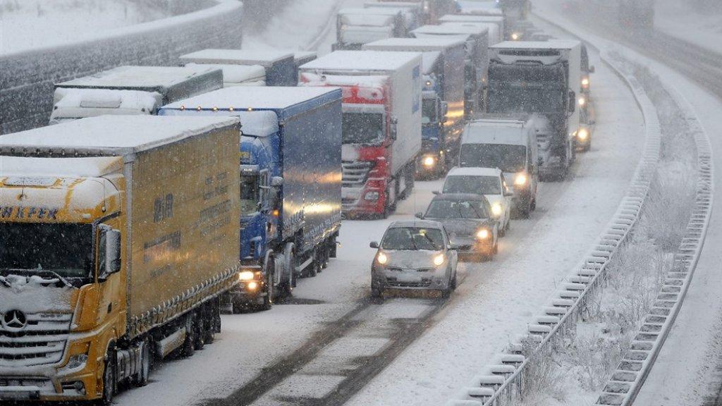 Enorme drukte op de weg, honderden kilometers file door sneeuw