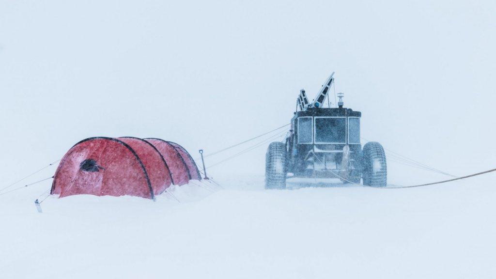 De Solar Voyager, ingesnoerd tijdens een sneeuwstorm