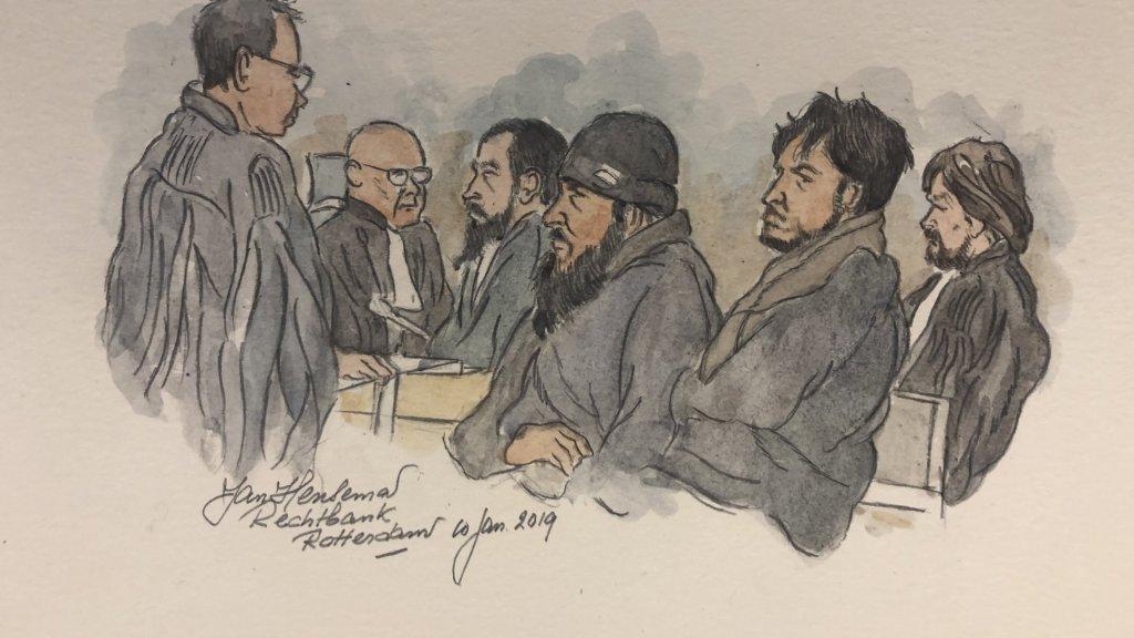 Drie van de zes verdachten (in het midden) verschenen op de eerste zittingsdag; Shevan A., Nadeem S. en Morat M.