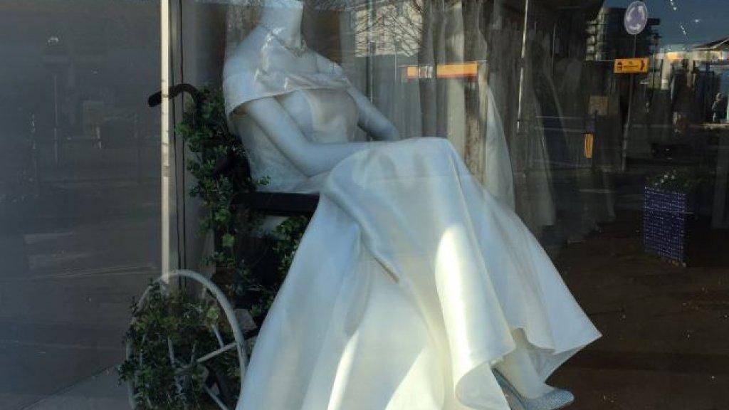 Lof voor rolstoelpaspop in etalage bruidswinkel: 'Tranen in mijn ogen'