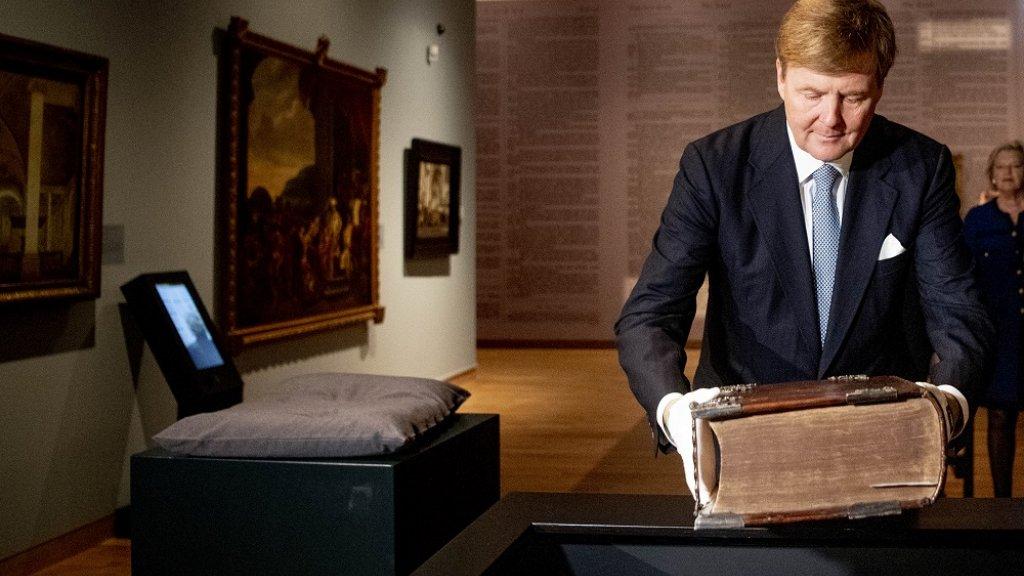 Koning Willem-Alexander opent eind vorig jaar de tentoonstelling 'Werk, bid en bewonder'.
