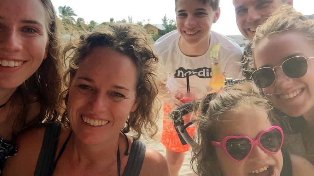 """""""Kamperen was niet zo'n succes, maar met z'n allen in een hostel doen we zeker. Hier hebben we voor het eerst met z'n allen een grote reis gemaakt naar Bonaire."""""""