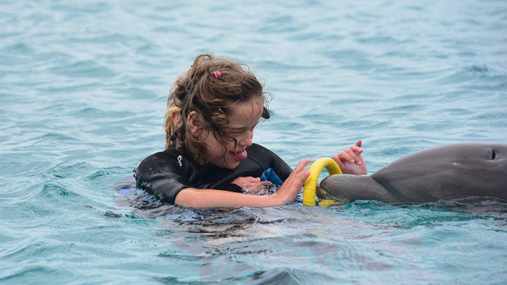 """""""Suus geeft met haar lichaam aan als ze iets niet wil. Dan gaat ze bijten of huilen. Na de therapie met dolfijnen verbeterde haar gedrag."""""""