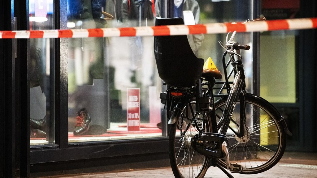 De fiets waarop de peuter zat die is geraakt.