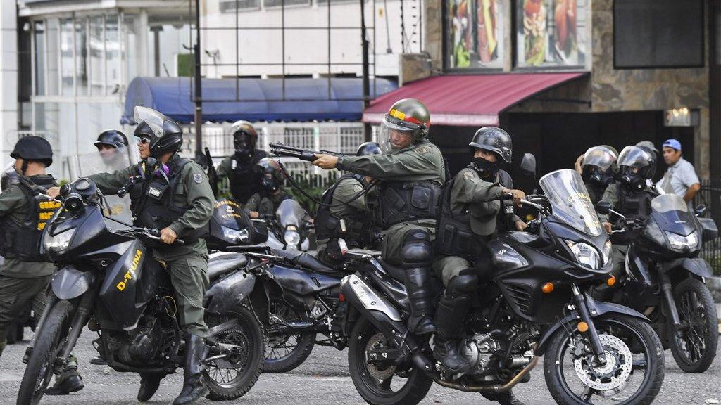 Politieke chaos in Venezuela: Maduro roept hulp leger in