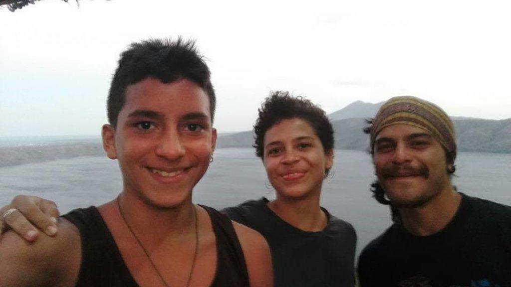 Amaya (in het midden) met haar broers Diego (rechts) en Santiago (links).