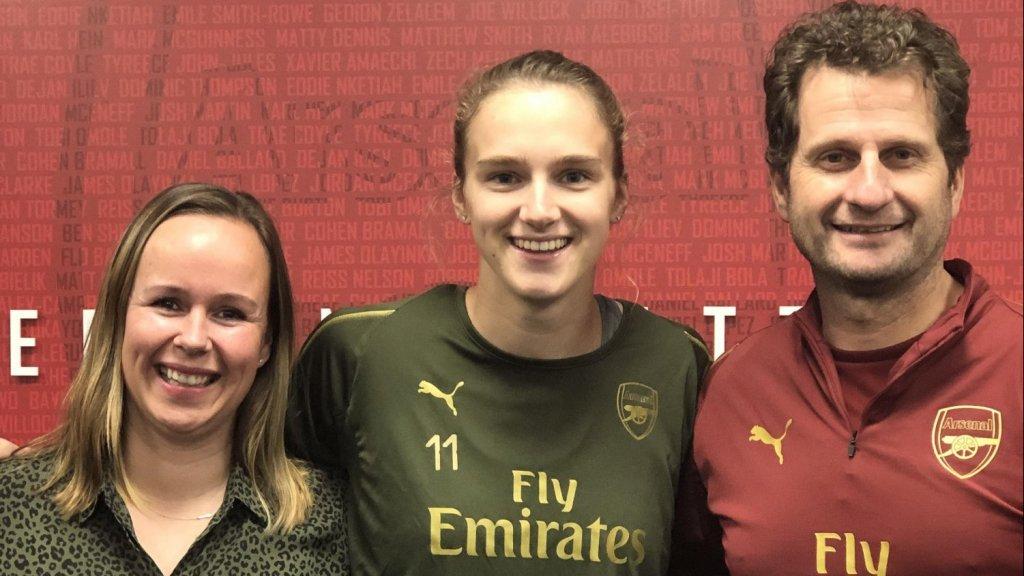 Leoni Blokhuis (L) met Vivianne Miedema (M) en Joe Montemurro (R)