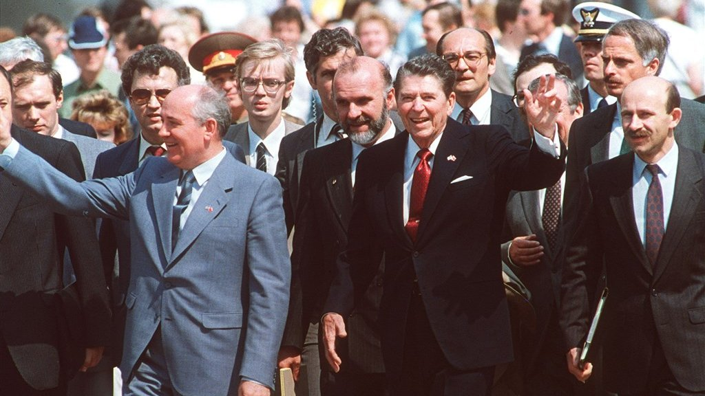 Leider van de Sovjet-Unie Michail Gorbatsjov en de Amerikaanse president Ronald Reagan tekenden in 1987 het Intermediate Nuclear Forces Treaty-verdrag.