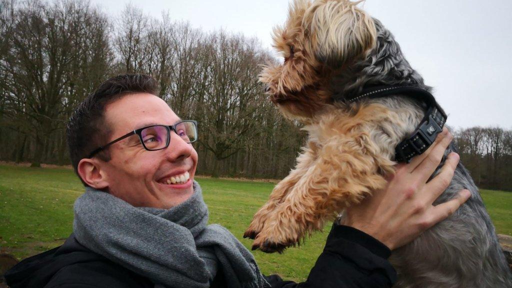 Niels met zijn hond Boris.