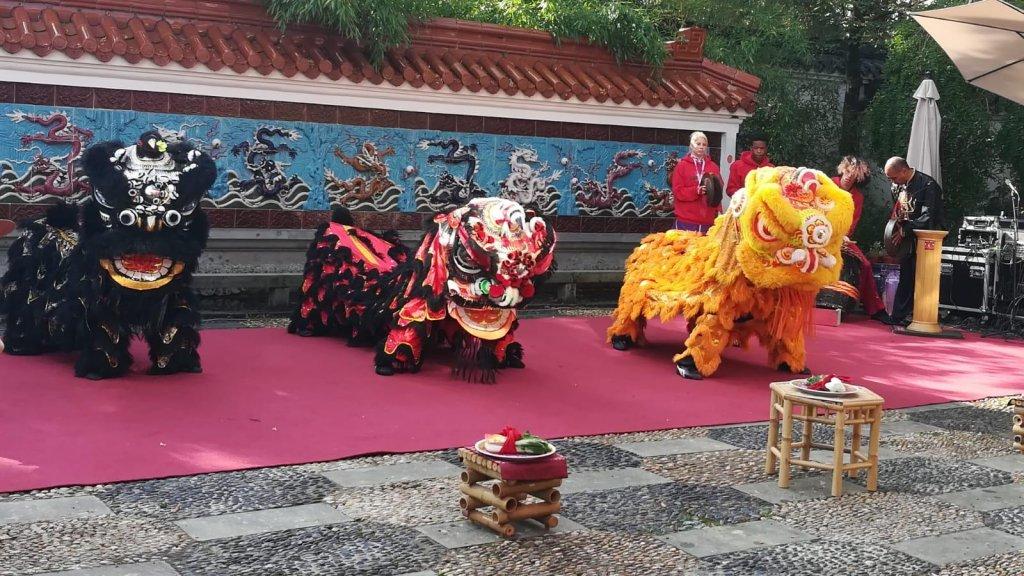 De Chinese draken tijdens een optreden.