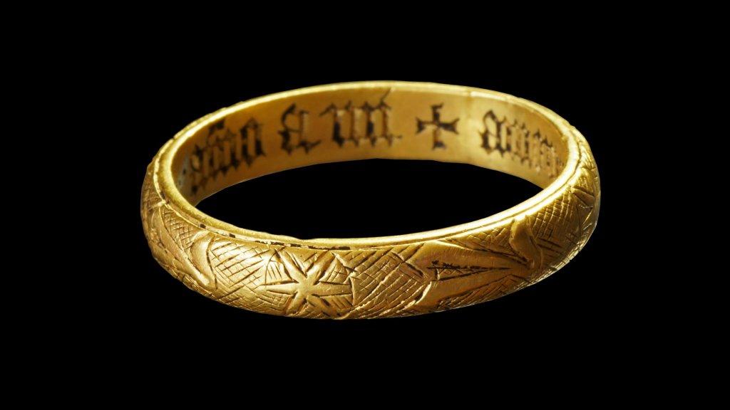 In de ring staat een tekst gegraveerd.