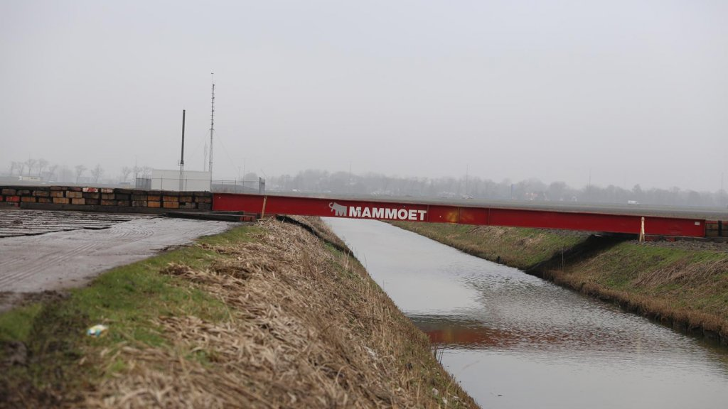 Een tijdelijke brug over een sloot.