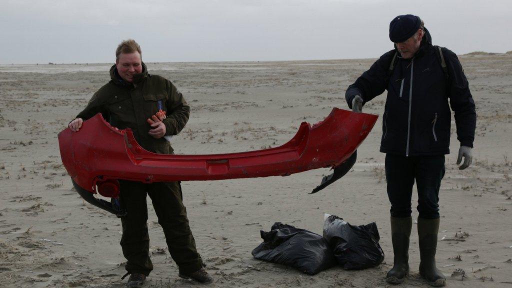 Voor het eerst sinds de containerramp zijn er ook autobumpers gevonden op Schiermonnikoog