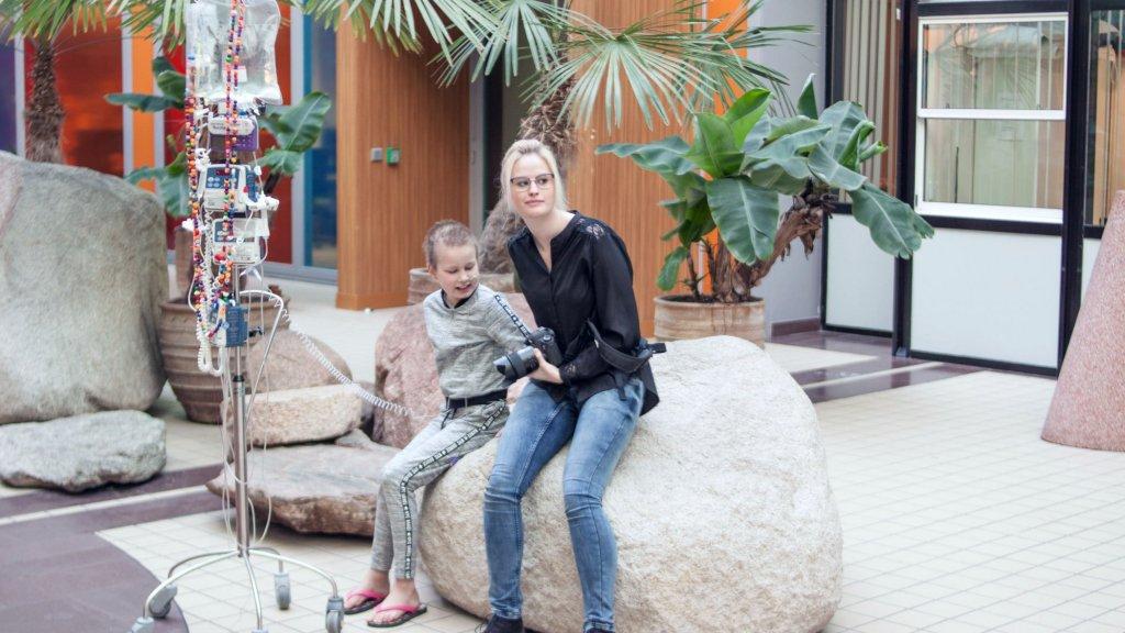 Marijn Fidder met Britt (9), een van de kinderen die ze fotografeert.