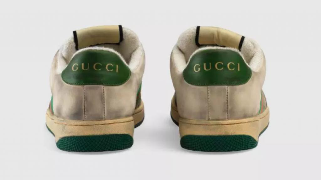 De achterkant van de schoenen.