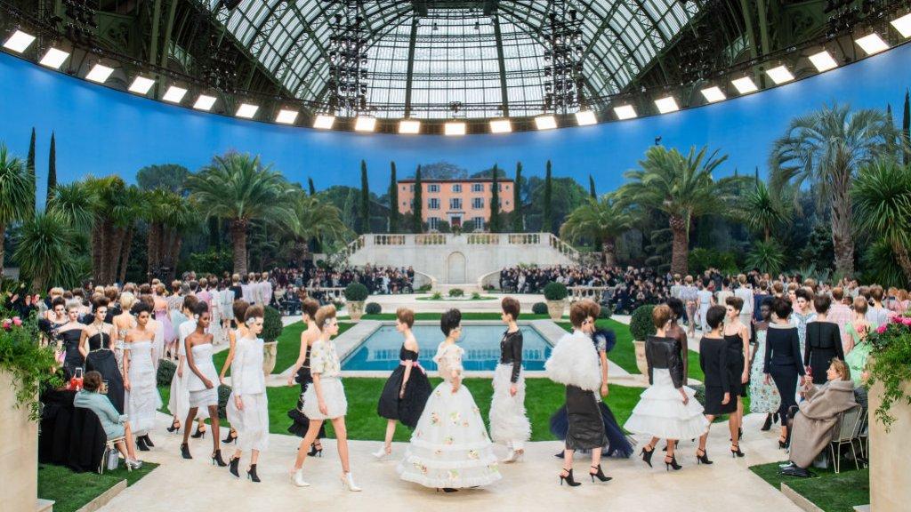 Modehuis Chanel maakt niet alleen een hele productie van zijn ontwerpen, maar ook van de show