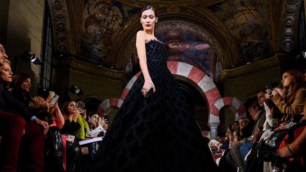 Topmodel Bella Hadid in een jurk van Oscar de la Renta op New York Fashion Week