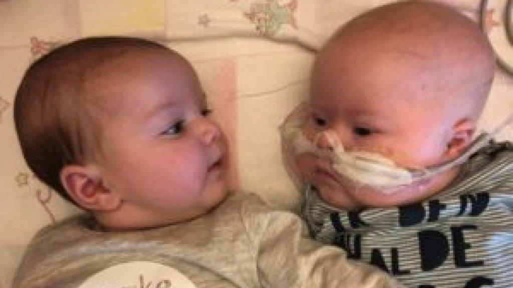 Celeste (links) en Florian sliepen altijd samen, ook in het ziekenhuis.