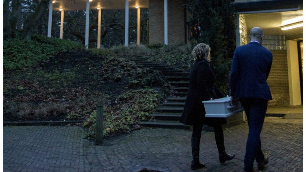 Mirjam en Tom brengen het kistje met Florian naar het uitvaartcentrum.