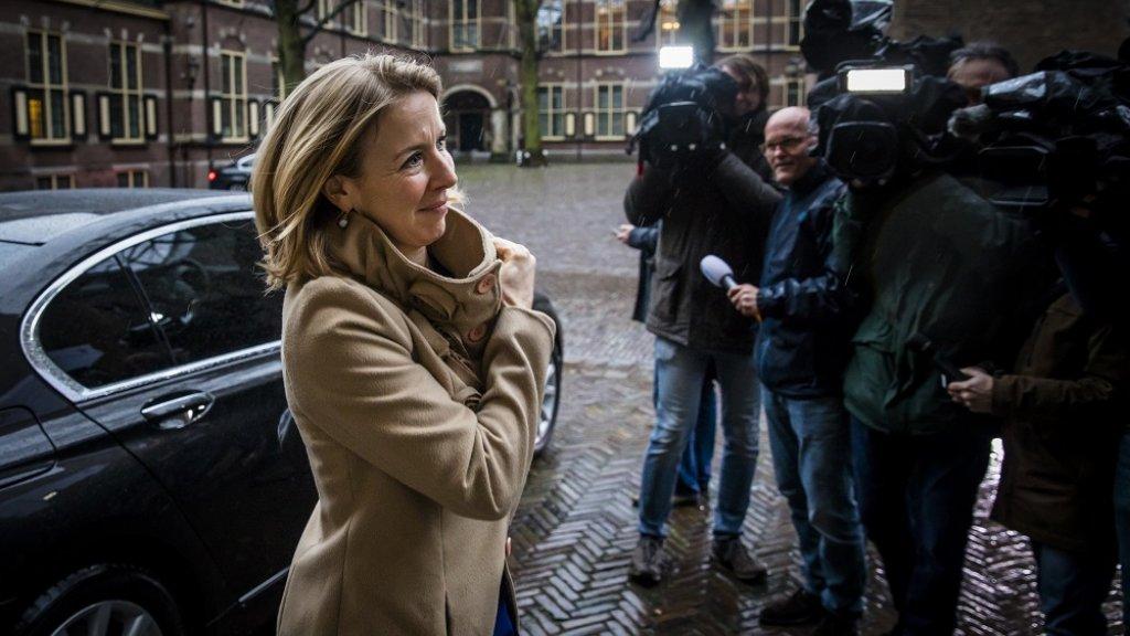 Stientje van Veldhoven staat de pers te woord (archieffoto)