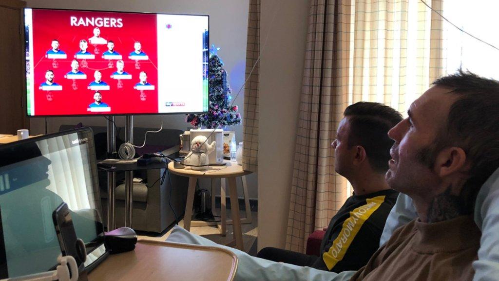 Fernando en Roy kijken samen naar Rangers-Celtic in het hospice.