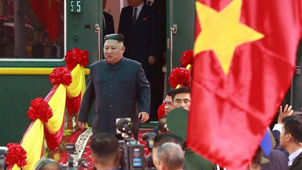 Kim arriveert na een treinreis van twee dagen in Hanoi.