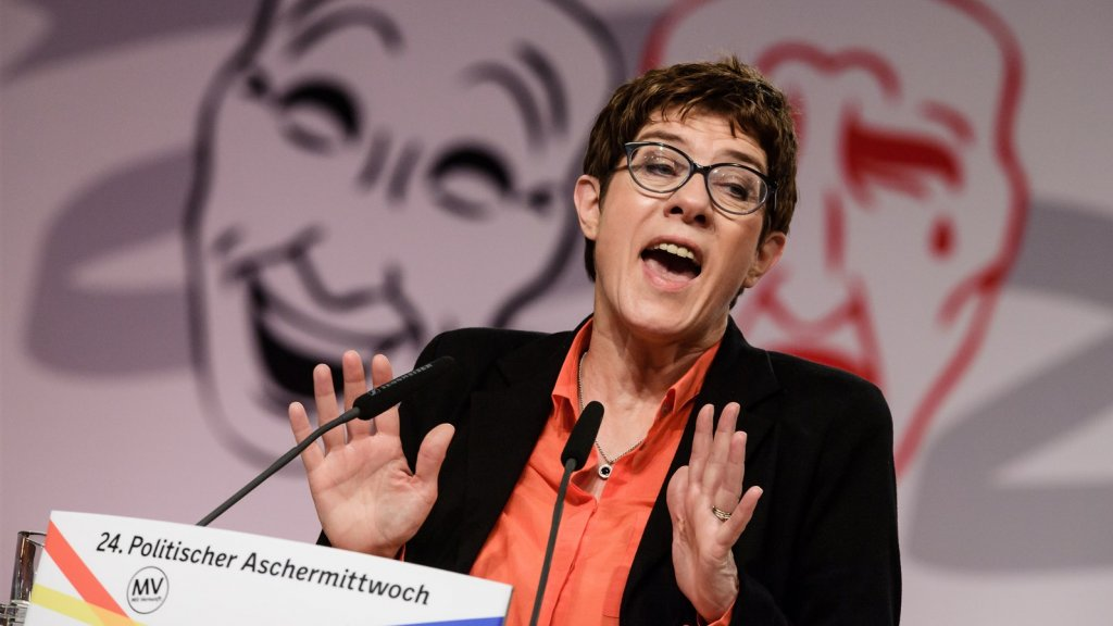 Annegret Kramp-Karrenbauer tijdens haar rede op Aswoensdag.