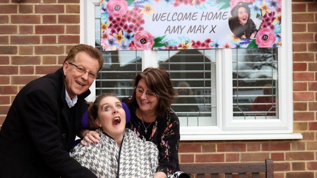 Amy May's ouders organiseerden een welkomstfeestje voor hun dochter.