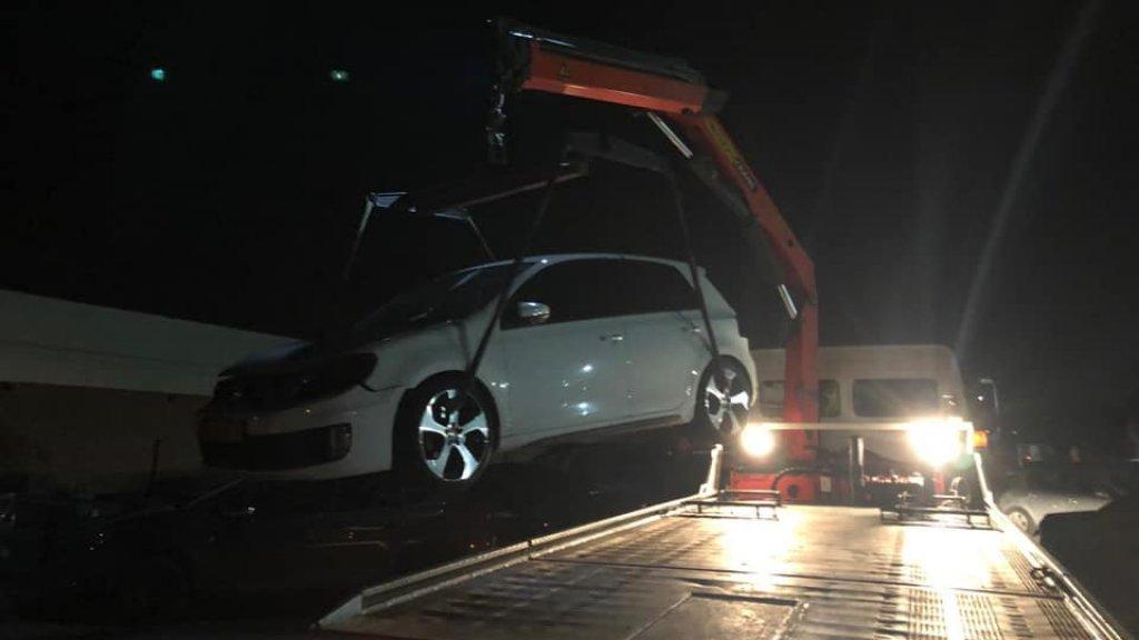 De auto werd door de politie meegenomen.