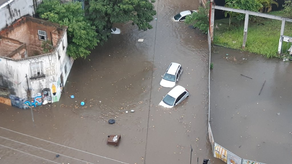 Het overstroomde kruispunt in São Paulo.
