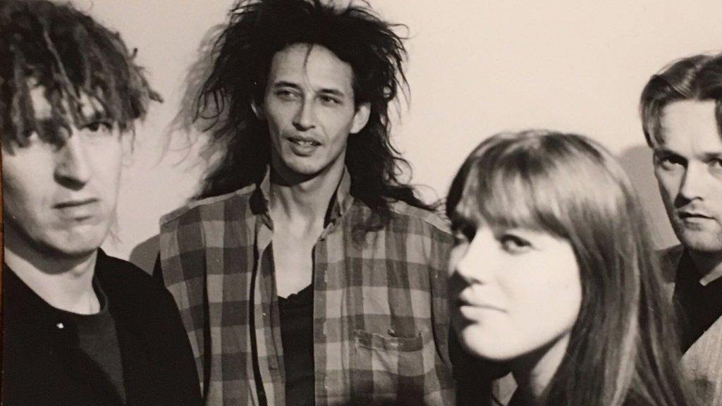 Bert (links), Swanny en de andere bandleden.