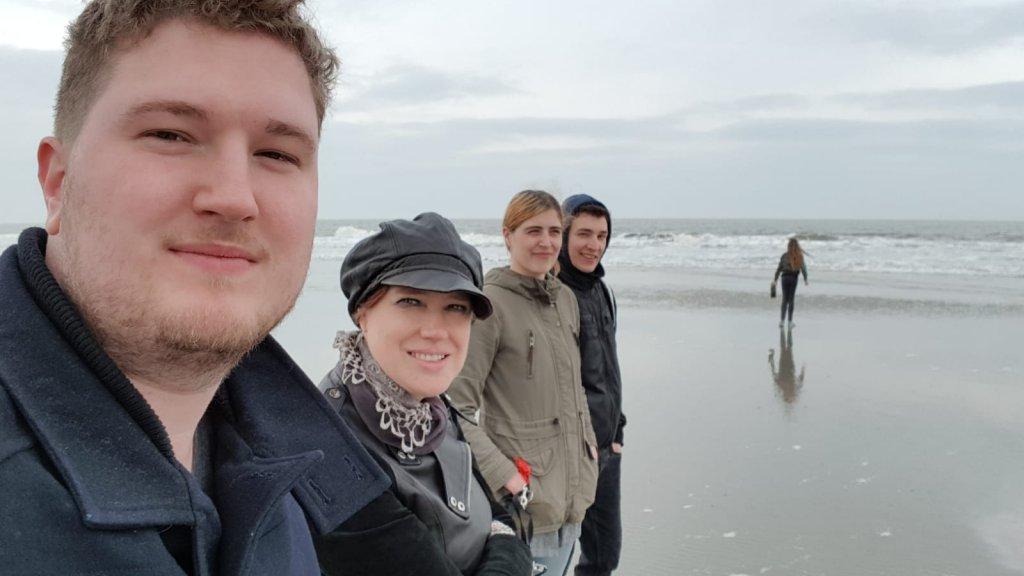 Swanny en de (bonus)kinderen op het strand waar Bert is uitgestrooid.