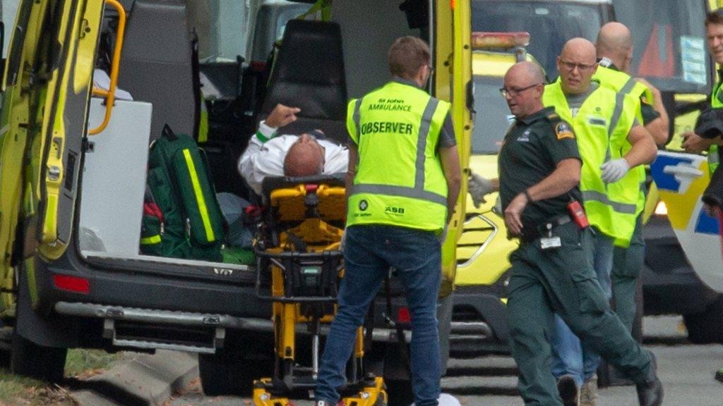 Slachtoffers worden afgevoerd na de terreuraanslagen in Christchurch