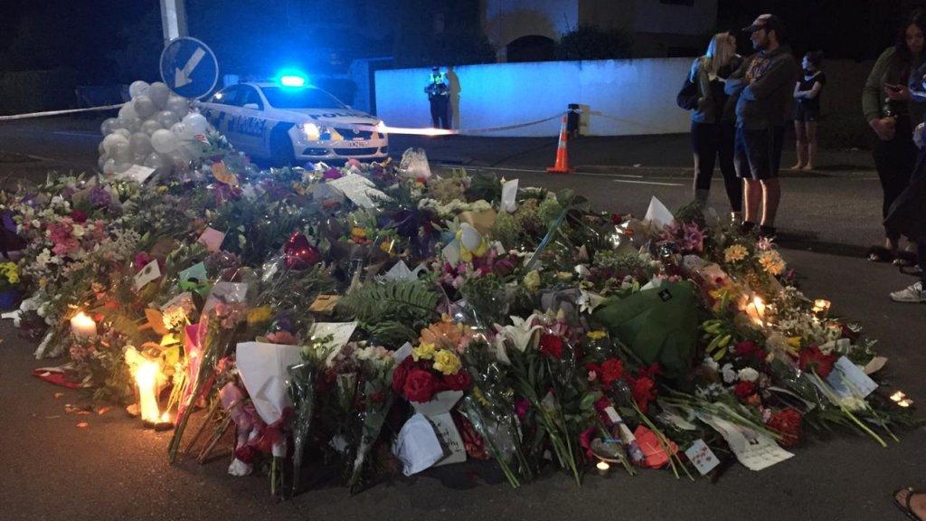 Zeeën van bloemen overal om de slachtoffers te herdenken.