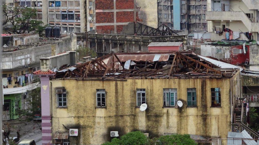 Door de orkaan hebben veel gebouwen geen daken meer.