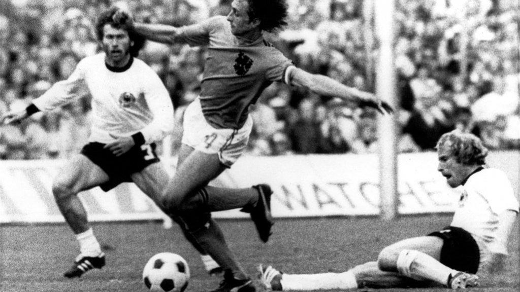 Johan Cruijff wordt neergehaald en verdient een strafschop. Neeskens schoot de 1-0 binnen.