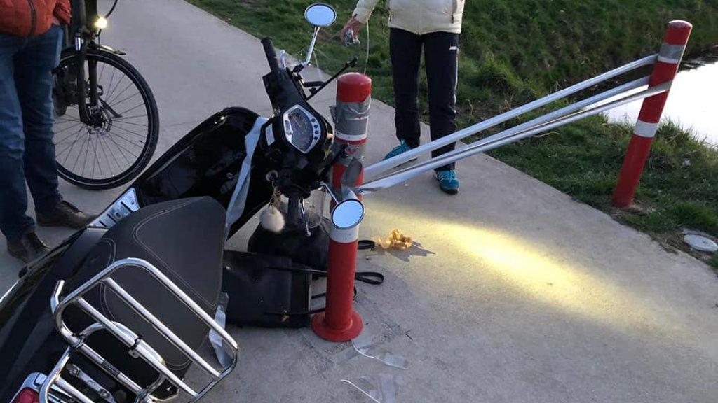 Marijn bleef met het stuur van haar scooter in de tape hangen.