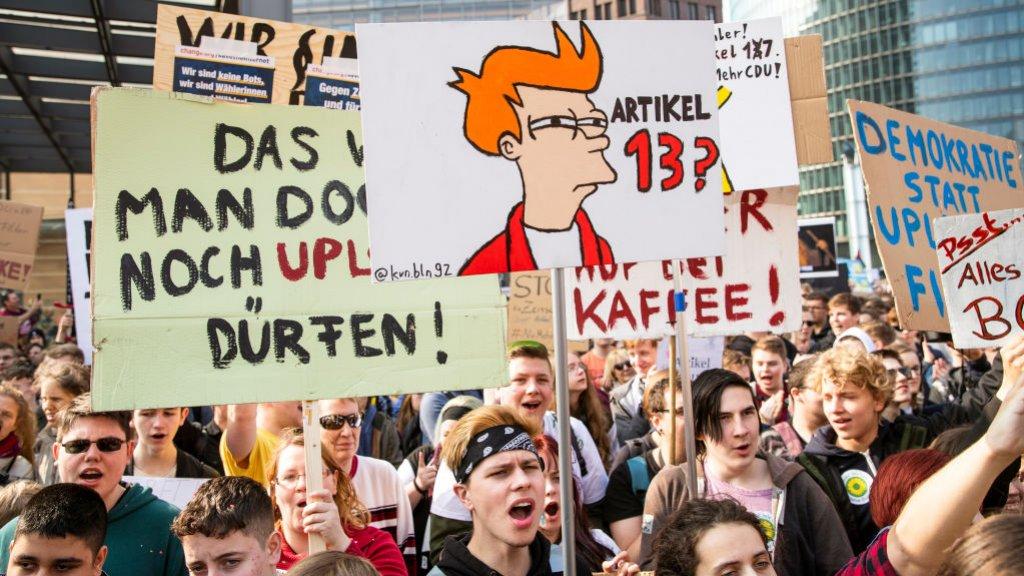 Een demonstratie in Berlijn tegen onder meer strengere uploadregels uit artikel 13.