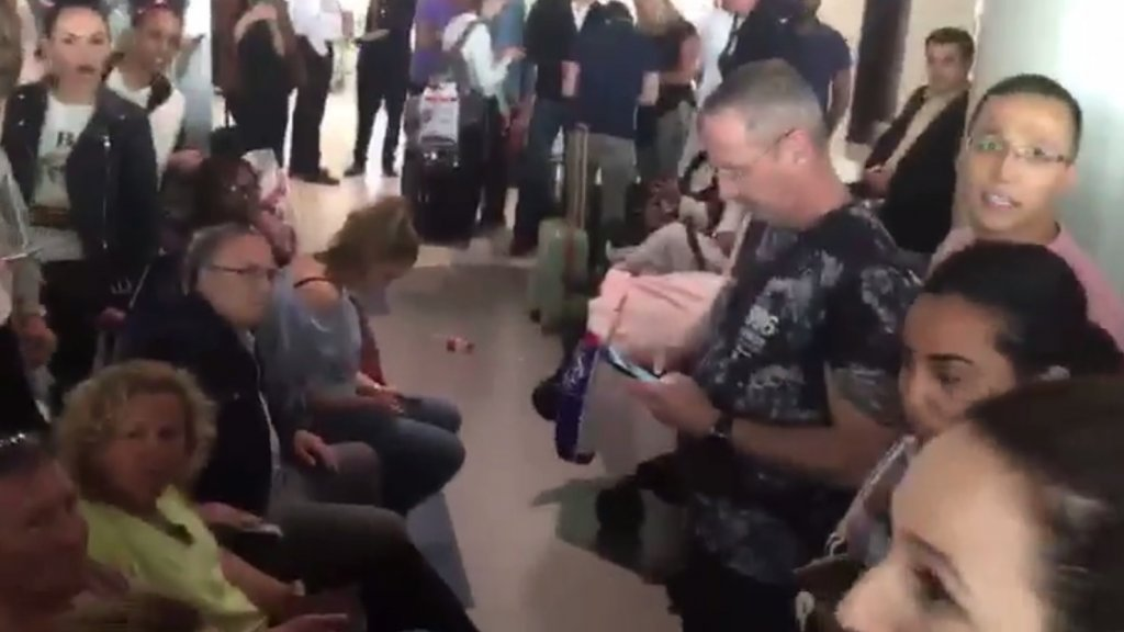 Wachtende Transavia-passagiers op het vliegveld van Dubai.