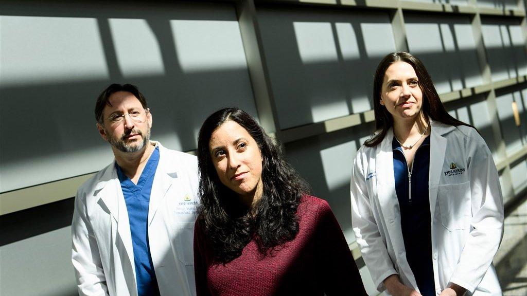 Nina Martinez met de artsen die haar opereerden.