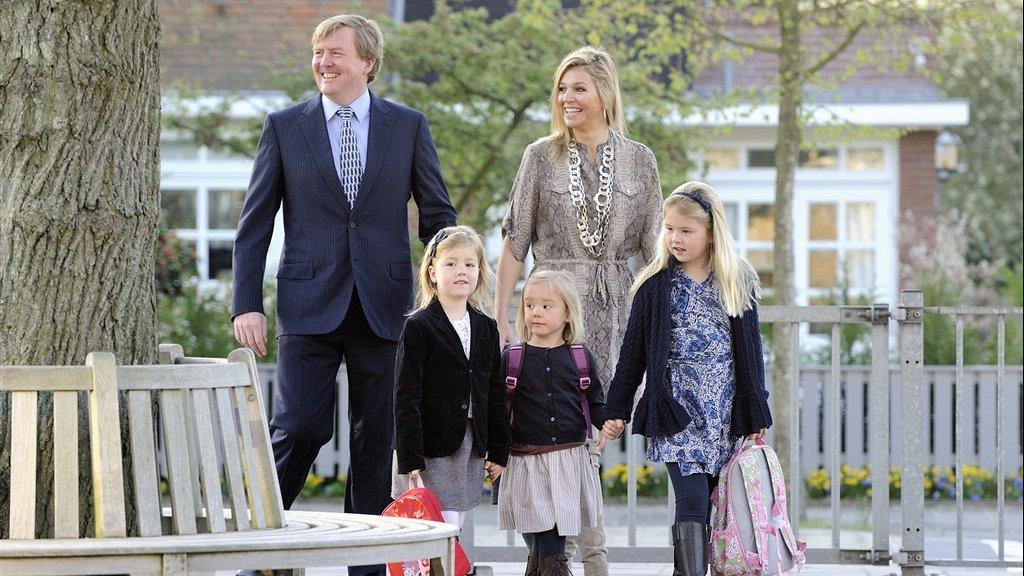 De koninklijke familie op de eerste dag dat prinses Ariane naar de basisschool gaat in 2011.