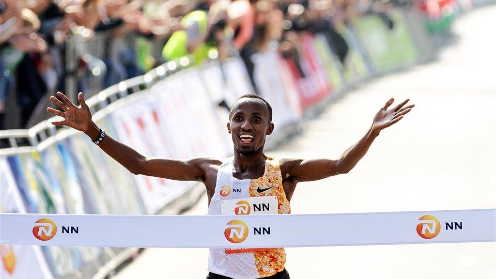 Abdi Nageeye gaat als eerste Nederlander over de finish.
