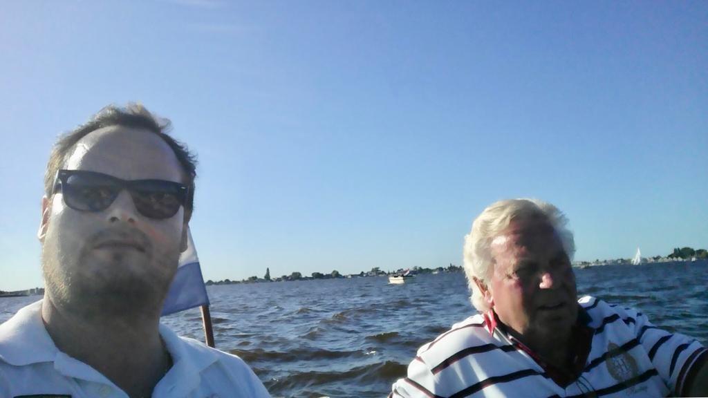 Michael en zijn vader op het water.